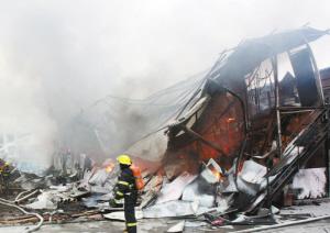 r浙江鄞州一工厂夜间起火 浓烟飘到了10公里外